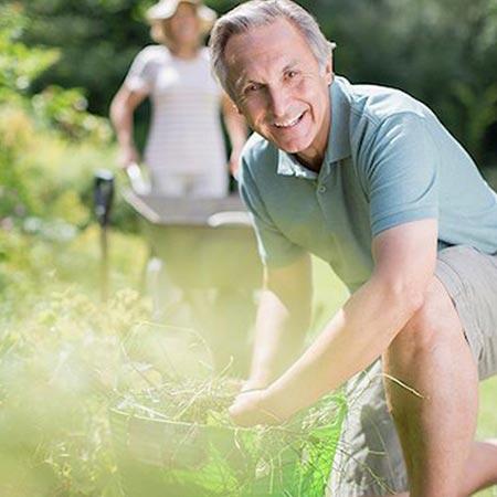 Mann Gartenarbeit schmerzfrei